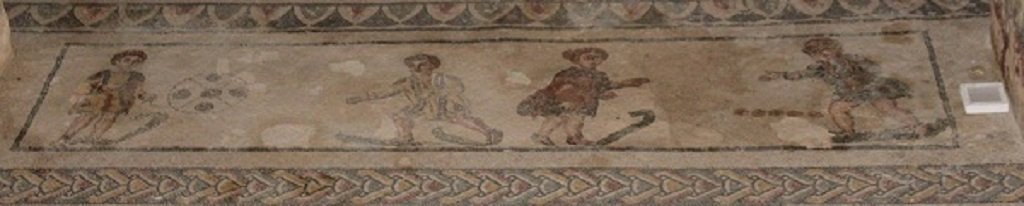 Fanciulli che giocano con le noci (a destra). Dal Cubicolo con scena erotica della Villa del Casale/ ph Maria Mento