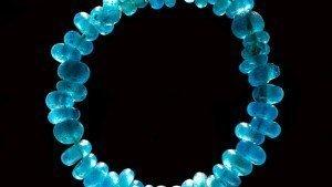 Collana in vetro blu trovata tra i gioielli di donna dell'antica Danimarca. Credit Roberto Fortuna e Kira Ursem