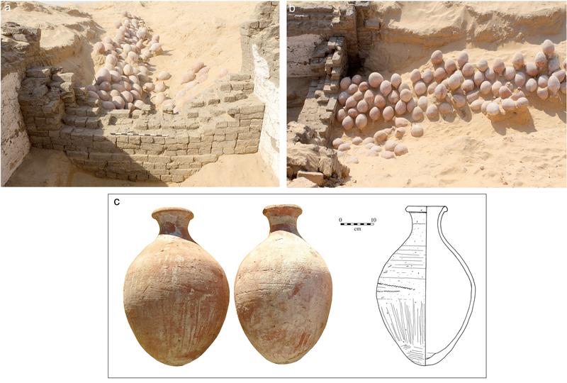 I vasi di ceramica all'ingresso della costruzione / J. Wegner