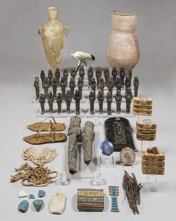 Resti del corredo funerario della regina Nefertari