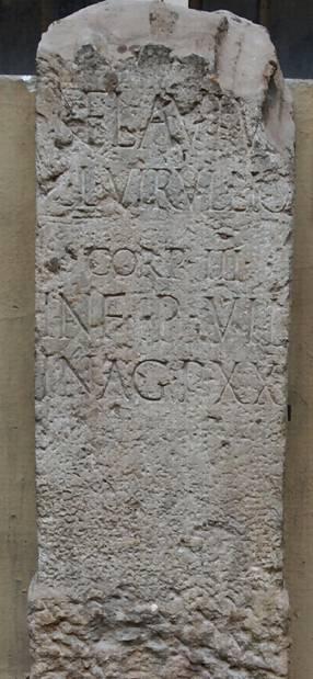 Stele in arenaria del I sec. d. C. rinvenuta a Bologna, in zona Arcoveggio L'epigrafe riporta chiaramente l'ampiezza del sepolcreto sul fronte strada (7 piedi) e la sua profondità verso la campagna (20 piedi): la superficie era pari a 140 piedi quadrati cioè 12 mq.