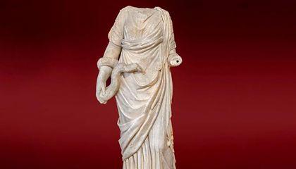 Un'altra statua acefala della dea Igea (Ángel M. Felicísimo via Wikimedia Commons under CC BY 2.0)